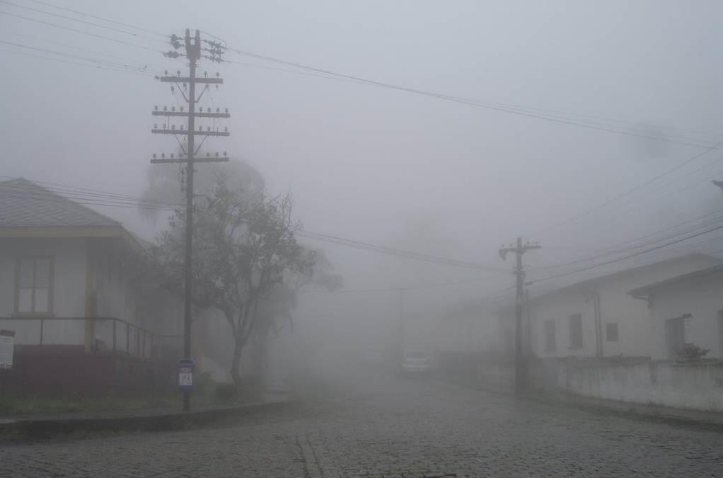 """O """"Véu da Noiva"""" é comum na cidade. Há dias no inverno em que a névoa permanece o dia todo"""